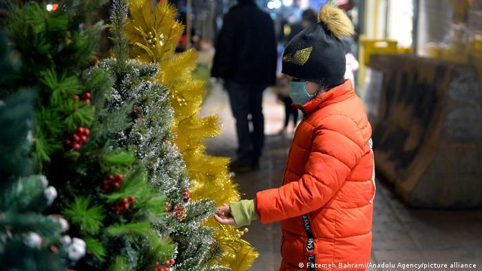 در آلمان کشاورزان همانطور که خیار و گوجه میکارند، درخت کاج نیز برای فروش در ایام کریسمس میکارند. استفاده از درخت کاج به موضوع محیط زیست پیوند نخورده است. در ایران اما از آنجا که صنعت کاشت درخت کاج و بهرهبرداری اقتصادی از آن در ایام کریسمس وجود ندارد، قطع درختان کاج با موضوع حفاظت از محیط زیست پیوند خورده و مردم بیشتر از کاج مصنوعی و پلاستیکی استفاده میکنند.