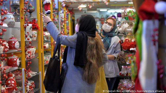 محله سنایی، خیابان میرزای شیرازی که به محل خرید و فروش اسباب بازی معروف است و عمده شهرت این خیابان به فروشگاههای متعدد عروسکفروشی آن است، در ماه دسامبر بازار زیبای کریسمس میشود.