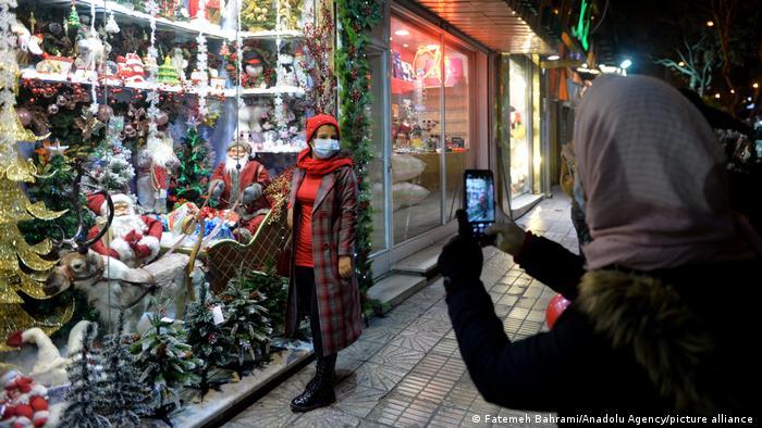 ناظران از سالها پیش گفتهاند محبوبیت جشن مسیحی کریسمس در میان ایرانیان غیرمسیحی رو به فزونی است. خبرگزاری فارس در سال ۲۰۱۹ در گزارشی نوشته بود:«براساس یک تحقیق ۹۰ درصد خریداران کاج کریسمس، مسیحی نیستند و گفته میشود طی روزهای گذشته حدود شش میلیارد تومان درخت کاج در تهران به فروش رفته است.»