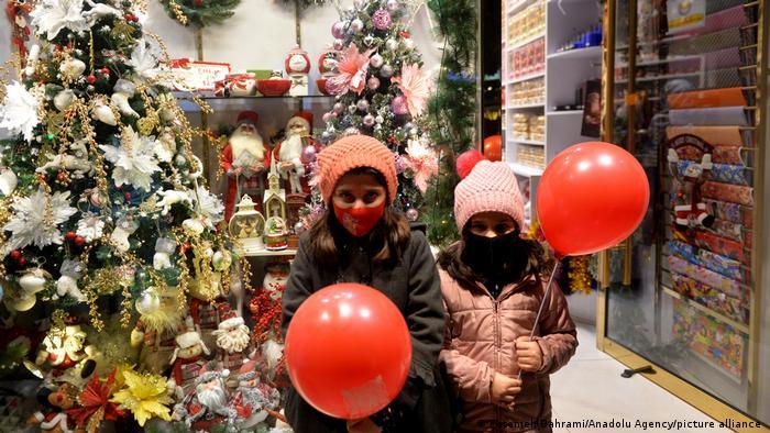 مسیحیان ایرانی نیز درگیر وضعیت اقتصادی آشفته و تورم سنگین هستند و این وضعیت امکان برگزاری جشن و دادن کادو به مناسبت سال نو را برای بسیاری از خانوادهها محدود کرده است.
