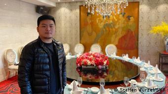 Ο νεαρός σεφ Σεν Ζιλόνγκ στο εστιατόριό του