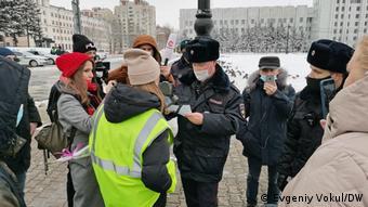 Полиция проверяет документы и пресс-карты у журналистов