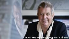 APA10355238-2 - 26112012 - WIEN - ÖSTERREICH: ZU APA-TEXT KI - THEMENBILD - Neubau der Europäischen Zentralbank (EZB) in Frankfurt/Main durch das Architekturbüro COOP HIMMELB(L)AU. Im Bild: Architekt Wolf D. Prix am Mittwoch, 21. November 2012, neben einem EZB-Modell in seinem Atelier in Wien. APA-FOTO: HERBERT NEUBAUER - 20121121_PD6869