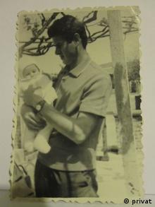 Георги Господинов като бебе в ръцете на баща си