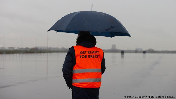 Pria mengenakan jaket Bersiap untuk Brexit