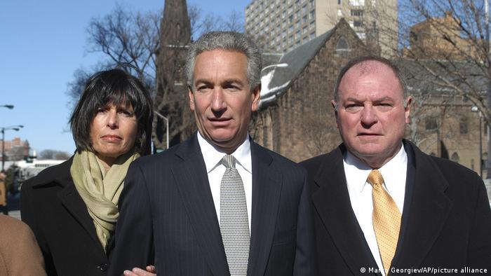 Ebenfalls begnadigt: Charles Kushner (hier mit seiner Frau Seryl Beth); rechts ein Anwalt der Familie