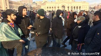 Сторонники оппозиции перед зданием правительства Армении в Ереване