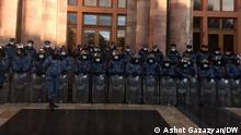 Eriwan Armenische Polizisten vor dem Regierungsgebäude
