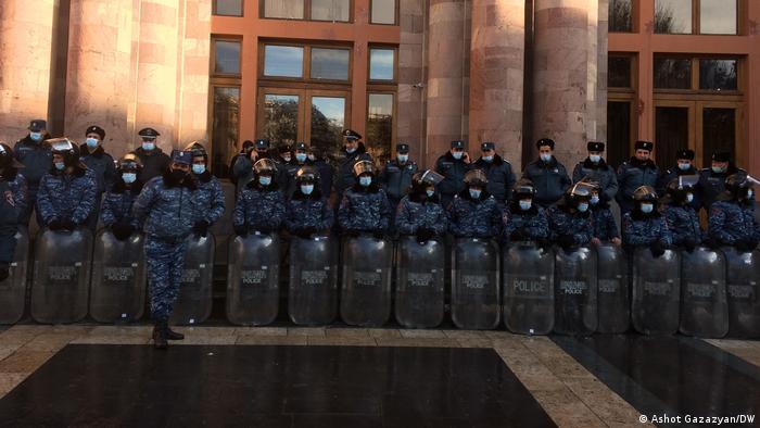 Стена из полицейских охраняет здание правительства Армении