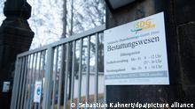 23.12.2020 *** Das Tor zum Krematorium der Städtischen Dienstleistungs-GmbH Zittau Bestattungswesen auf dem Friedhof ist verschlossen. Wegen der dramatisch hohen Corona-Todeszahlen in Zittau in Ostsachsen müssen dort Leichen außerhalb des Krematoriums zwischengelagert werden.