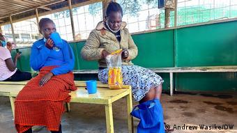 Γυναίκες στην Κένυα ράβουν μάσκες