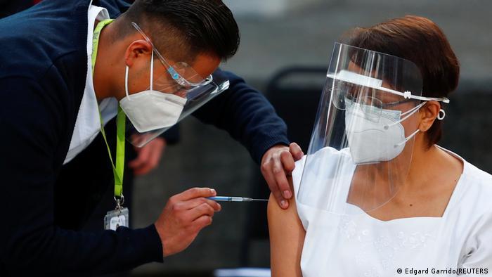 El presidente de México, Andrés Manuel López Obrador, dijo que su gobierno planea adquirir 24 millones de dosis de la vacuna rusa Sputnik V, una vez que el regulador local de salud autorice su uso de emergencia. Como es una vacuna que requiere dos aplicaciones tendríamos para vacunar pronto a 12 millones de personas, dijo el mandatario en su habitual conferencia matutina (12.01.2021).