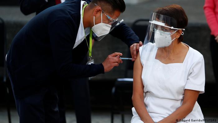 María Irene Ramírez, uma enfermeira de 59 anos, é a primeira pessoa a ser vacinada no México