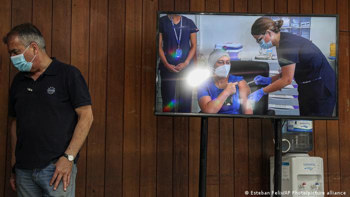 Televisão mostra primeira pessoa a ser vacinada contra a covid-19 no Chile
