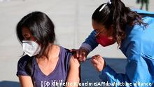 Una joven mexicana es vacunada contra el nuevo coronavirus.