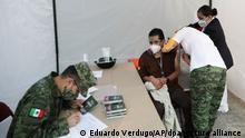 Ein Mitarbeiter aus dem Gesundheitswesen wird im Allgemeinen Krankenhaus gegen Corona geimpft. Mexiko und Chile haben als erste Länder in Lateinamerika mit der Impfung der Bevölkerung gegen das Coronavirus begonnen.