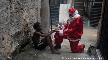 BDTD Coronavirus - Weihnachten in Brasilien Favela Weihnachtsmann