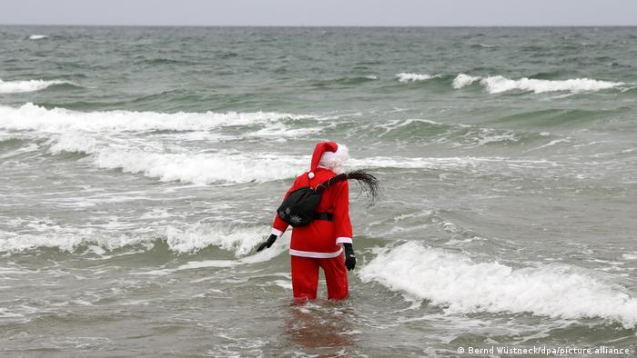 Warnemünde Weihnachtsbad in der Ostsee