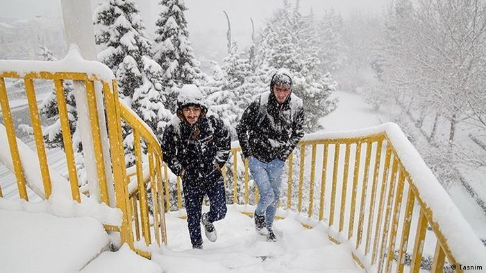 صادق ضیائیان، مدیر کل پیشبینی و هشدار سریع سازمان هواشناسی از بارش برف و باران در ۱۸ استان ایران خبر داده است. به گفته او از یکشنبه ۷ دی (۲۷ دسامبر) تا اواخر هفته، جوی پایدار در بیشتر مناطق کشور حاکم خواهد بود که با توجه به برودت و سکون نسبی هوا انتظار میرود با افزایش غلظت آلایندههای جوی، کیفیت هوای کلانشهرها و شهرهای صنعتی کاهش یابد.