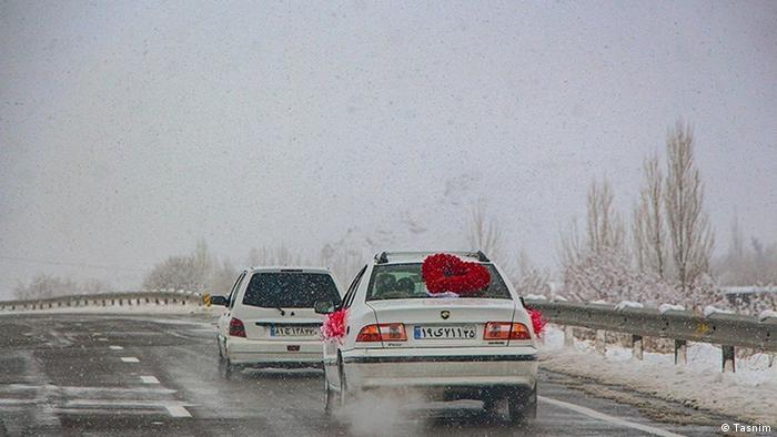 عروسی در یک روز برفی در شهرستان اهر واقع در استان آذربایجان شرقی.