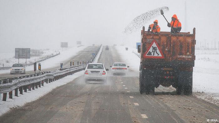 پلیس راه و راهداری مازندران اعلام کردهاند که به خاطر تداوم بارش برف در جادههای کوهستانی استان تردد فقط با زنجیر چرخ امکانپذیر است. بارش باران و برف از دیروز پنجشنبه (۴ دی) در مناطق مختلف مازندران شروع شد و همچنان ادامه دارد. طبق اعلام هواشناسی ارتفاع برف در برخی مناطق به حدود نیم متر رسیده است.