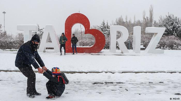 بارش برف منجر به کاهش محسوس دما در آذربایجان شرقی شد. هوای تبریز، مرکز استان آذربایجان شرقی امروز جمعه ۵ دی (۲۵ دسامبر) منفی ۲ درجه گزارش شده و پیشبینی میشود که تا ساعات شب به منفی ۱۱ درجه نیز برسد. سرما اما باعث نشد تا مردم از لذت برفبازی صرفنظر کنند.