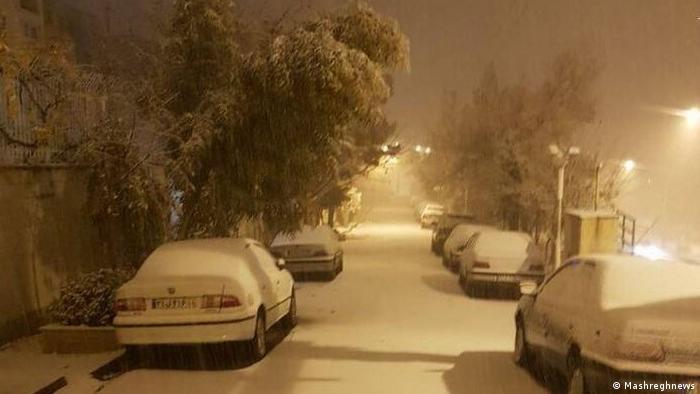 پس از وزش باد، بالاخره از آلودگی چندین روزه هوای تهران کاسته شد و همزمان شب گذشته بارش برف در این شهر نیز آغاز شد. آسمان تهران فردا۶ دی (۲۶ دسامبر) صاف و گاهی وزش باد و در اوایل شب همراه با غبارمحلی با حداقل دمای ۴- و حداکثر دمای ۶ درجه سانتیگراد پیشبینی شده است.