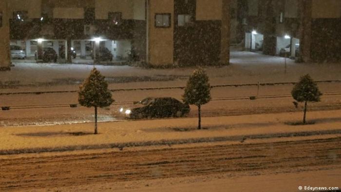 به گزارش ادارهکل هواشناسی استان آذربایجانغربی، چالدرانیها شامگاه پنجشنبه ۴ دی (۲۴ دسامبر) دمای ۱۳ درجه سانتی گراد زیر صفر را تجربه کردند که پایینترین دما در این استان بوده است. جمعیت هلال احمر این استان همچنین از کمکرسانی به ۴۰ خودرو با ۱۱۸ نفر گرفتار در برف و کولاک در جادههای این استان خبر داد.