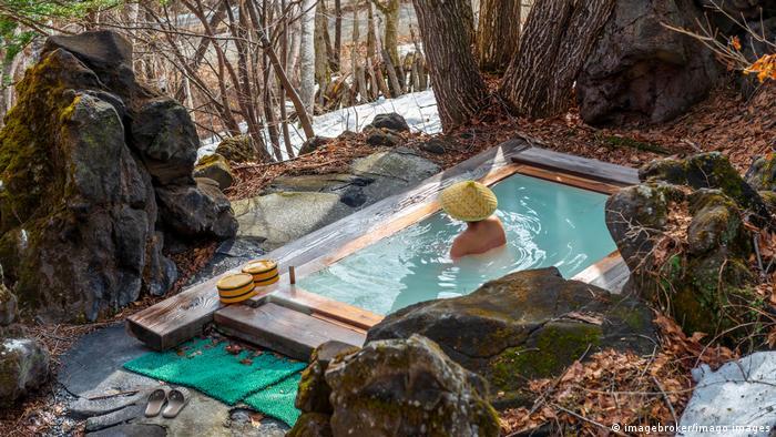 Japan Frau badet in einem Onsen, heiße Thermalquelle