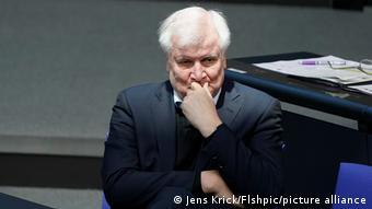 Πολιτικοί και οργανώσεις αρωγής ζητούν από τον υπουργό Εσωτερικών Ζεεχόφερ να σταματήσει τις απελάσεις αιτούντων ασύλου ενταγμένων στον γερμανικό τρόπο ζωής