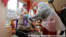 101 Jahre alte Heimbewohnerin wird geimpft