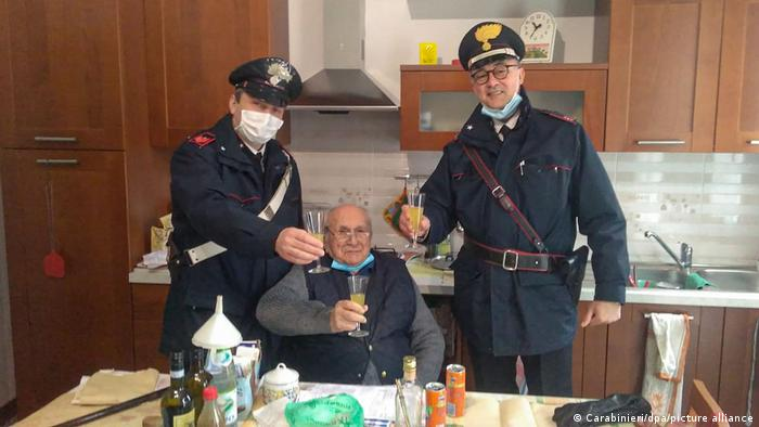 94-летний итальянец и двое полицейских встречают Рождество