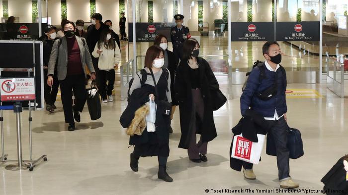 Passageiros em aeroporto no Japão