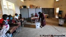 27.12.2020 *** Von DW-Korrespondent Marou Issa Madougou. Wahlbüros im Dorf Tadress, in der Nähe von Tillabéri, wo rund 250 Binnenflüchtlinge leben und heute wählen.