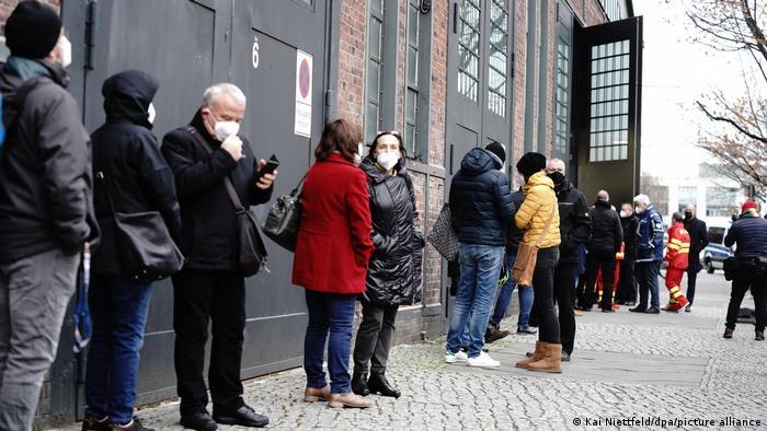 Berlin: Čekanje ispred jednog od 440 centara za vakcinaciju u Nemačkoj