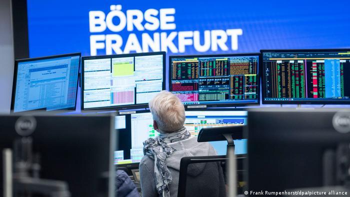 Брокер в торговом зале Франкфуртской фондовой биржи