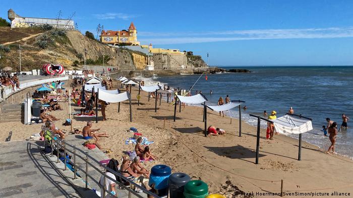 Touristen am Strand von Estoril in Portugal