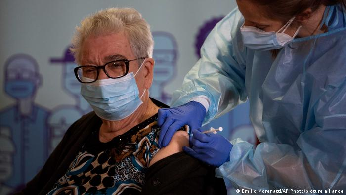 Espanhola toma vacina contra covid-19