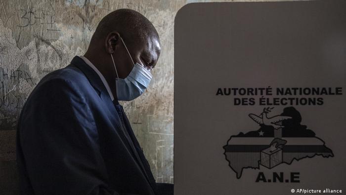 Faustin-Archange Touadera au moment de déposer son bulletin de vote.
