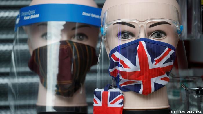 Maniquíes con mascarillas con la bander británica en Mánchester.