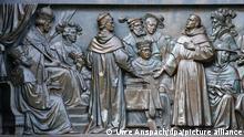 Eine Szene, die den Reformator Martin Luther vor dem Reichstag in Worms zeigt, ist am 13.02.2017 in Worms (Rheinland-Pfalz) als Teil des Luther-Denkmals im Heylshofpark zu sehen. 1521 weigerte sich der Mönch Martin Luther auf dem Reichstag in Worms, seine als aufrührerisch bezeichneten Lehren zu widerrufen. Das Datum gilt als ein wichtiges Datum der Reformation. Foto: Uwe Anspach/dpa +++ dpa-Bildfunk +++