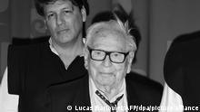 Der französische Modedesigner Pierre Cardin (r) und sein Neffe Rodrigo Basilicati kommen zu der Feier im Pariser Theatre du Chatelet zu Cardins 70 jährigen Karriere.