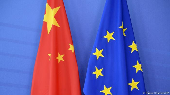 Bandeiras da China e da União Europeia. A UE impôs sanções contra quatro autoridades chinesas e uma organização pública por abusos de direitos humanos contra a minoria uigur na província chinesa de Xinjiang. É a primeira imposição de sanções da UE à China em mais de três décadas, desde o massacre da Praça da Paz Celestial, em 1989. A medida visa lançar luz às detenções em massa de uigures. (22/03)
