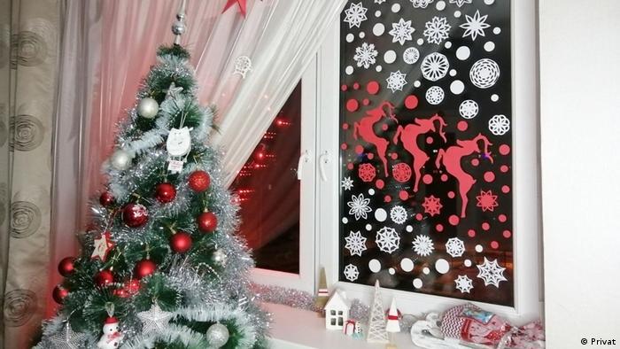 Новогодние украшения в бело-красно-белых тонах