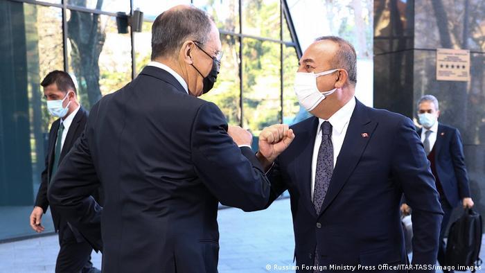 Глава МЗС РФ Сергій Лавров (л) на зустрічі з турецьким колегою Мевлютом Чавушоглу
