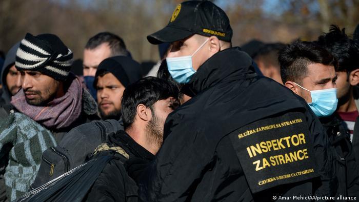 Policajac sprječava prolazak migranata