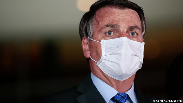 Jair Bolsonaro com máscara