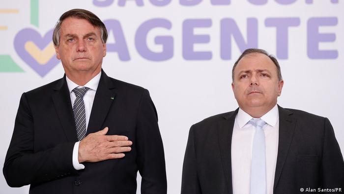 O presidente Jair Bolsonaro e o agora ex-ministro da Saúde Eduardo Pazuello