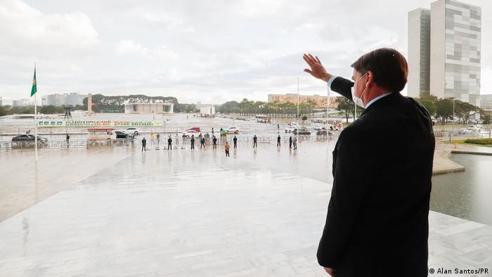 Presidente Jair Bolsonaro acena para apoiadores do alto da rampa do Planalto