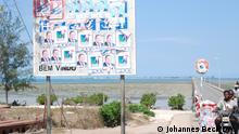 Brücke auf die Ilha de Moçambique. Die ehemalige Hauptstadt im Norden des Landes liegt in der Provinz Nampula auf einer Insel im Indischen Ozean. Sie ist als UNESCO-Weltkulturerbe klassifiziert. Zu sehen sind auch alte Wahlkampfplakate des Wahlkampfs von 2019 mit Präsident Filipe Nyusi und der Regierungspartei FRELIMO sowie der RENAMO-Opposition und deren Kandidaten Ossufo Momade. Foto: Johannes Beck / DW am 31.10.2019